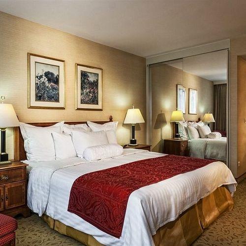 Кровать для номера в гостинице