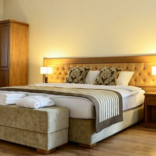 Кровать в гостиничный номер